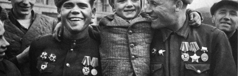 Солдаты и ребенок